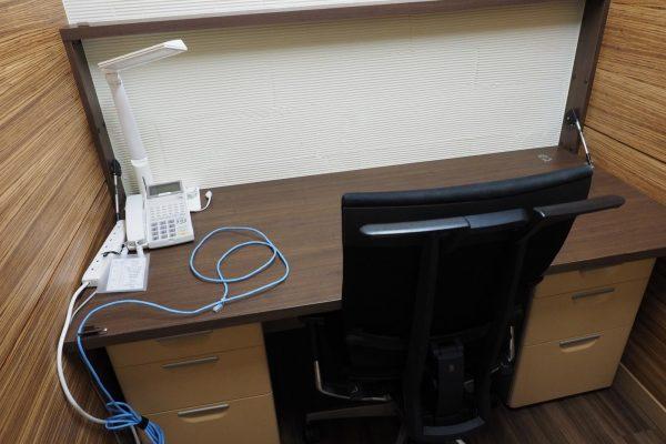 個室は月3万円。電波が届きにくい場所なので、ケータイキャリアの中継器が置いてありました。さすがw