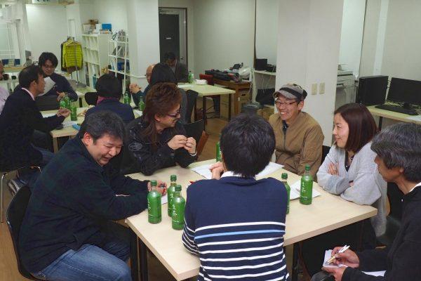 2団体の事例発表の後、2班に分かれて自由に討論