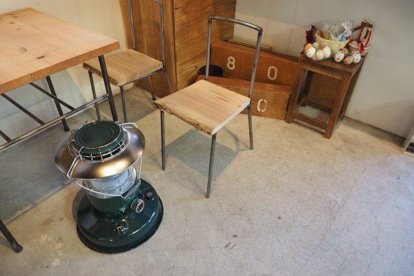 オーダーメイドの机とイス。メイドイン福島。売って欲しいと言われたこともあるとか。確かにこれは欲しい