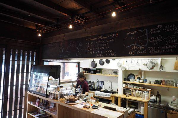 築70年くらいの古民家をリノベーションしたカフェ。元々はお茶屋さんだったそうな。