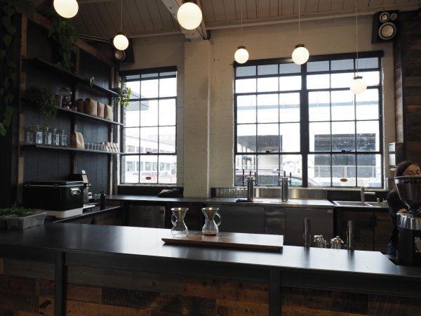Coava Coffee Roasters。倉庫をリノベーションした物件が多くて天井が高いお店をよく見かけました
