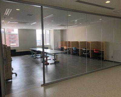 ガラス張りの自習室